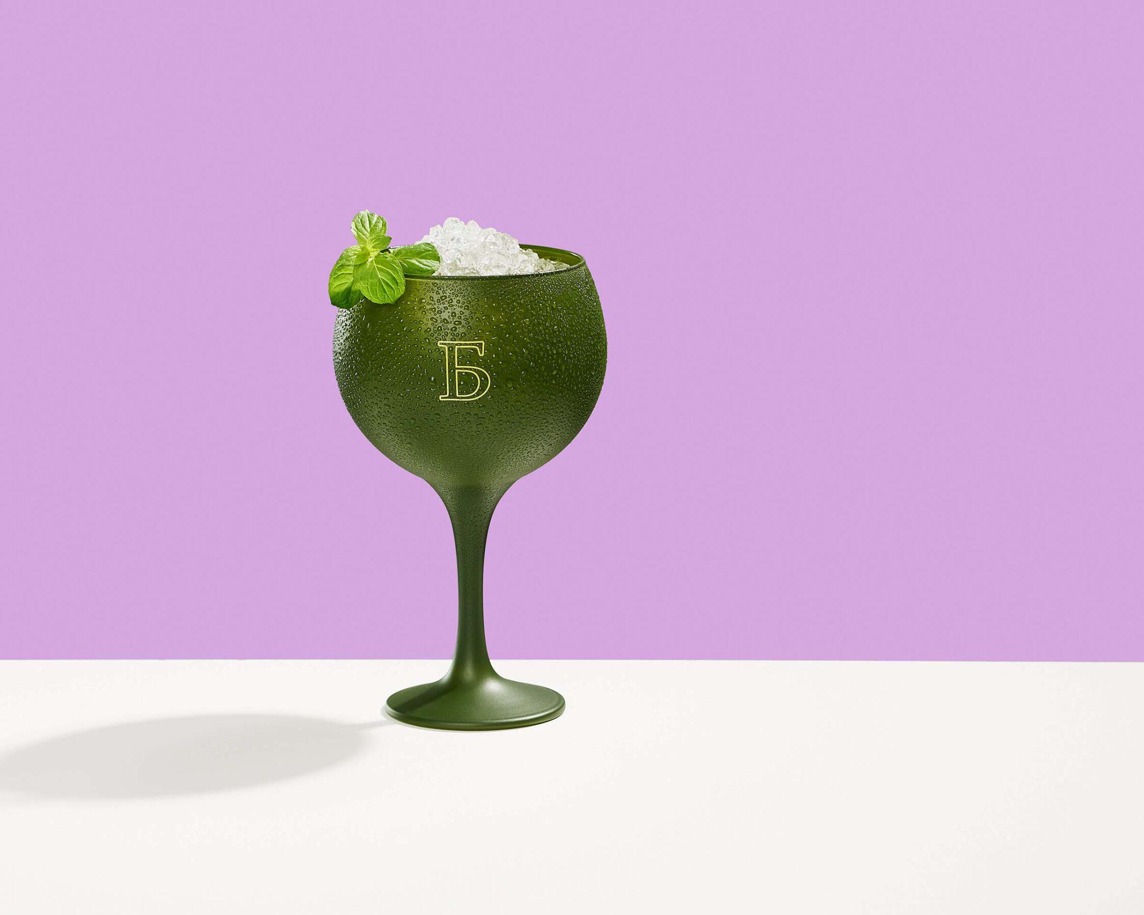 Getränk im Glas mit eis und Tautropfen