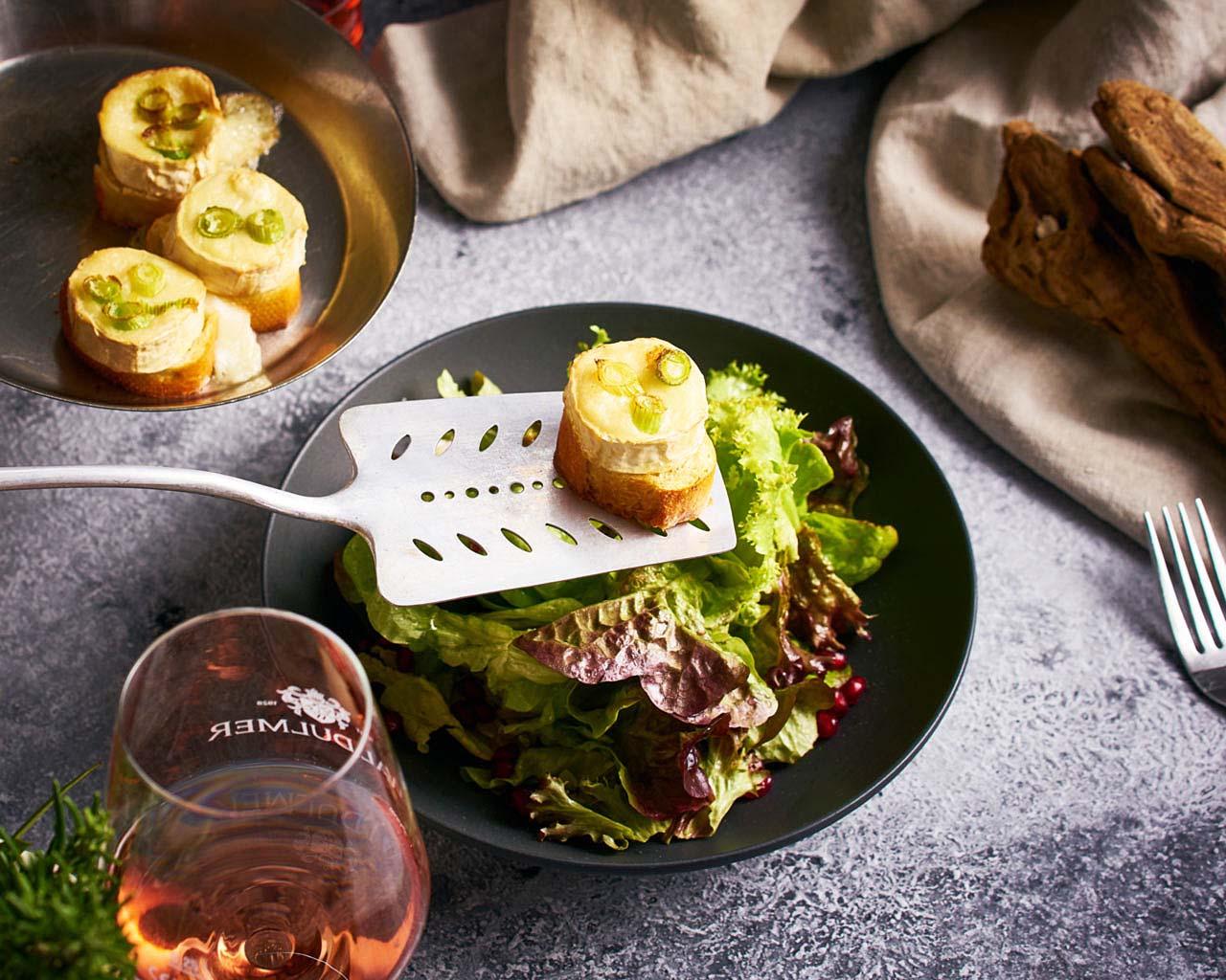 appetitliches ziegenkäse auf salat bild